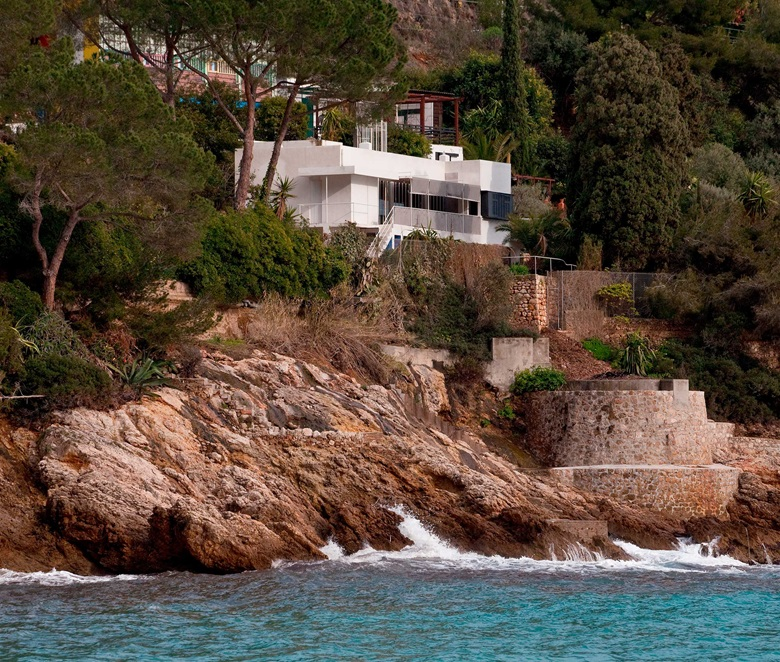 E1027, the villa designed by Eileen Gray between 1927 and 1929 at Roquebrune-Cap-Martin on the Côte d'Azur. Photo akg-imagesSchützeRodemann