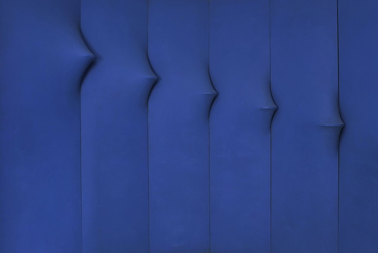 Agostino Bonalumi (1935-2013), Blu abitabile (Inhabitable Blue), 1967 (detail). Shaped canvas and vinyl tempera. Private collection. Courtesy of Archivio Bonalumi
