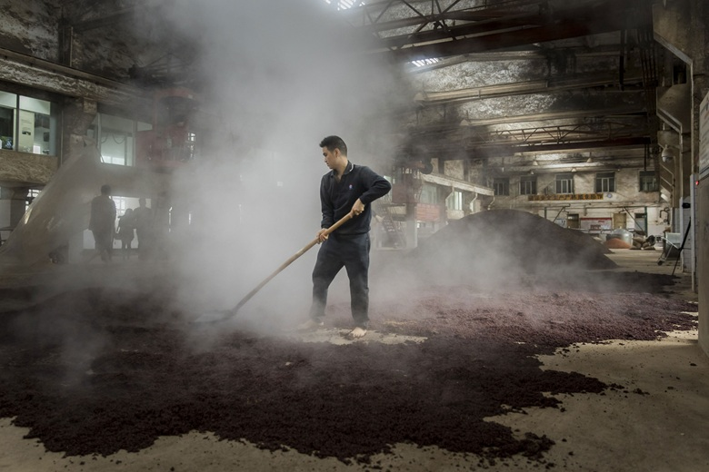 Steamed sorghum is spread out before the fermentation process begins. Photo	Qilai	ShenBloomberg	via	Getty	Images