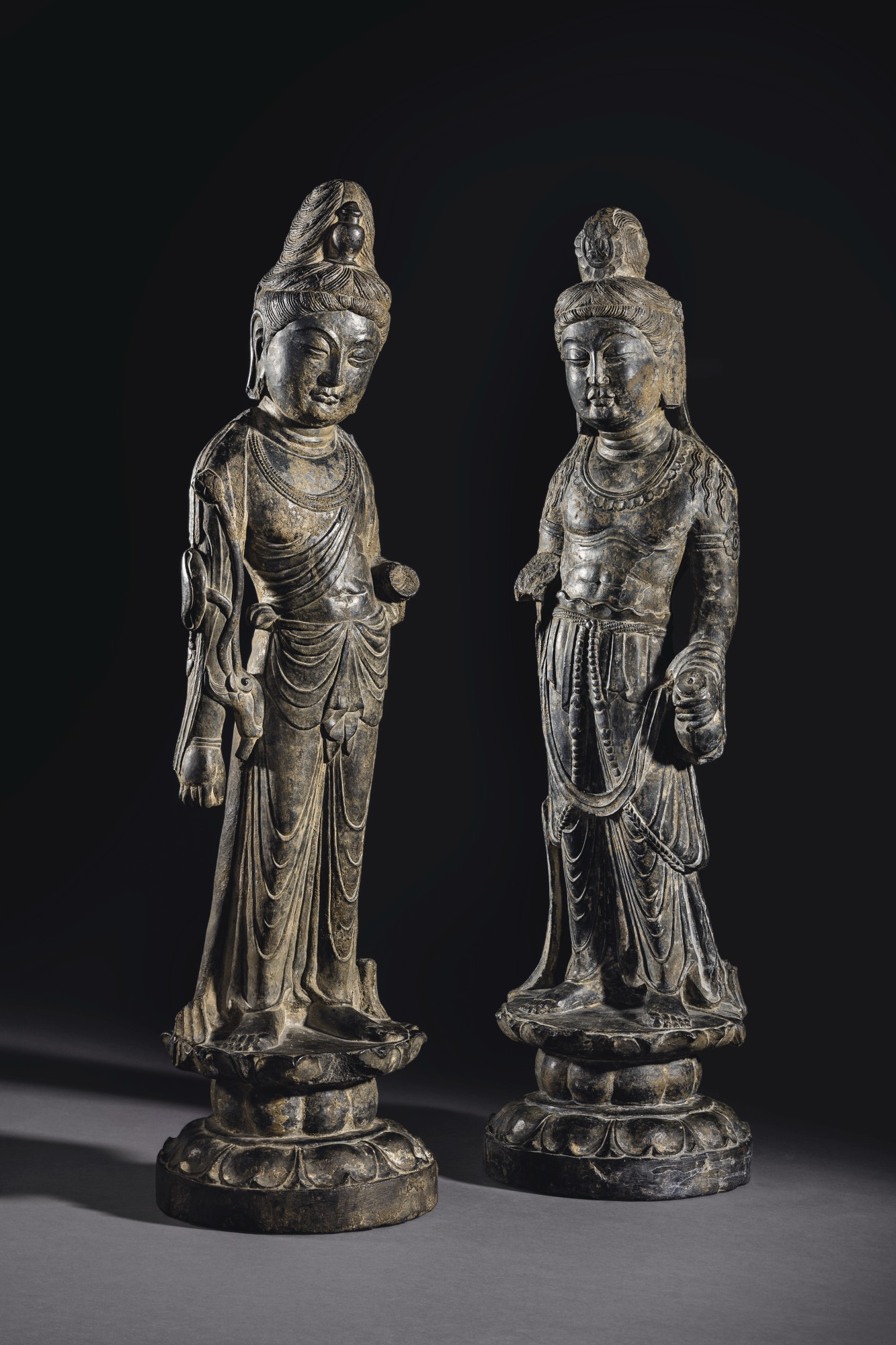 盛唐 一对菩萨立像,左:石灰岩雕大势至菩萨立像,高26⅜吋 (67公分)。成交价: 3,252,500美元;右:石灰岩雕观音菩萨立像。高26⅜吋 (67公分)。成交价:1,992,500美元。此拍品于2018年9月13至14日在佳士得纽约中国瓷器及工艺精品拍卖中呈献。