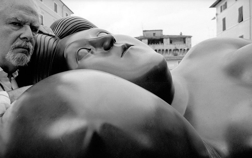 Fernando Botero, photographed in 2004. Photo Rossano B. Maniscalchi  Fratelli Alinari Museum Collections-Bosio de Preverelli Donation, Florence  Bridgeman Images. Artwork © Fernando