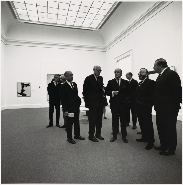 Henry Geldzahler (second right) shows visitors around New York Sculpture & Painting 1940-1970, the landmark exhibition he curated at the Metropolitan Museum in 1969. Photograph © Bruce Davidson  Magnum Photos. Image © 2019 The Metropolitan Museum of ArtArt ResourceScala, Florence. Artwork © Franz Kline, DACS 2019