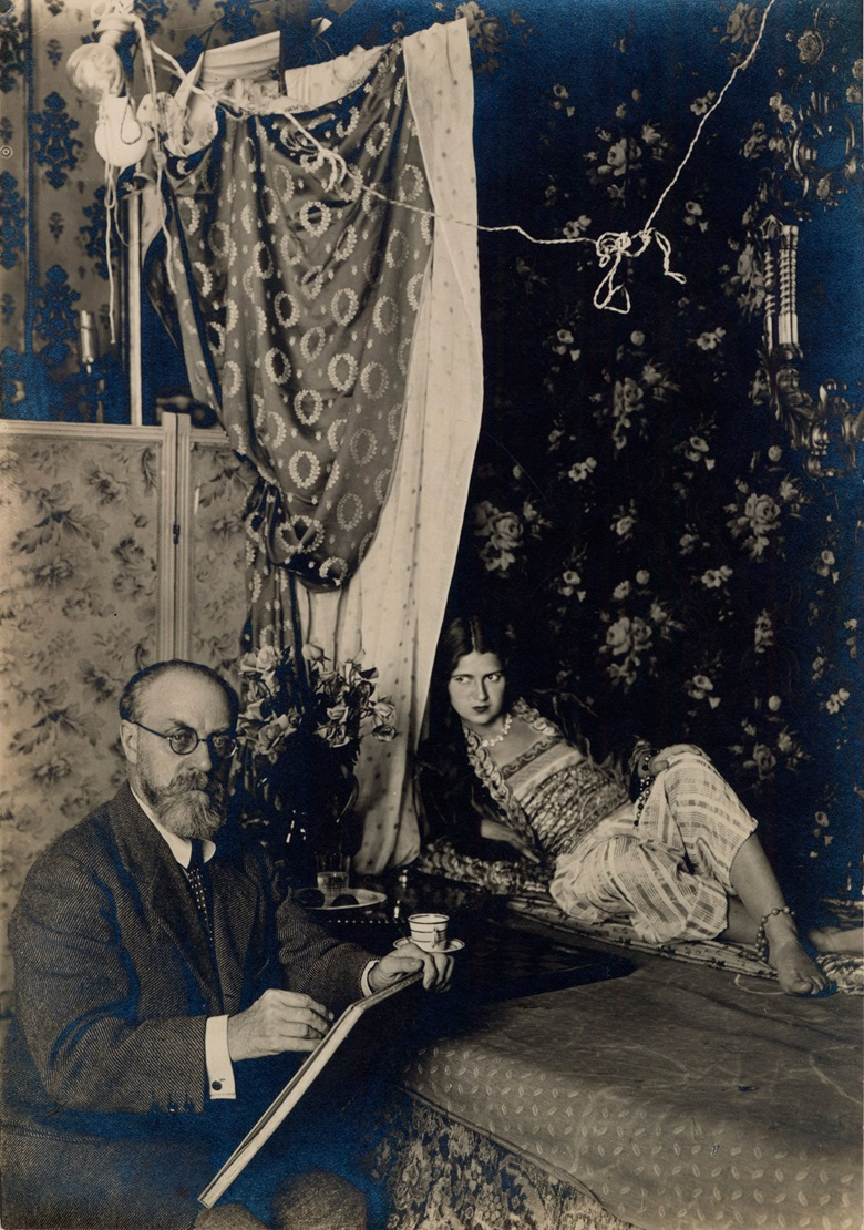 Henri Matisse pictured in 1928 with a model for one of his 'Odalisques' at 1, place Charles Félix in Nice. Photo Archives Henri Matisse, all rights reserved