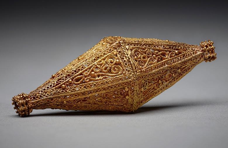 """双锥形串珠,埃及或叙利亚,十至十一世纪。黄金细工饰品,颗粒面造工,""""绳索""""金属丝。长7.2公分,高2.9公分。阿迦汗博物馆,AKM618"""