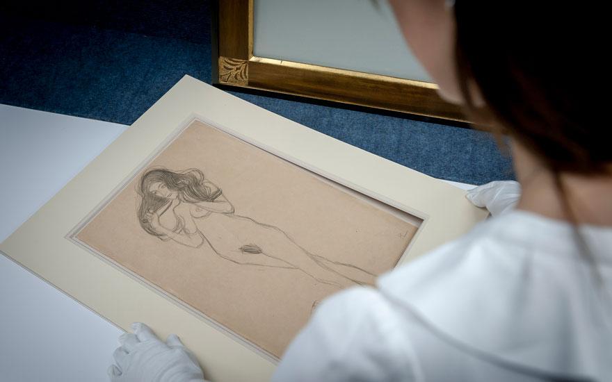Specialist Ottavia Marchitelli with Gustav Klimt's Stehender Mädchenakt  nach links, die Haare mit den Händen