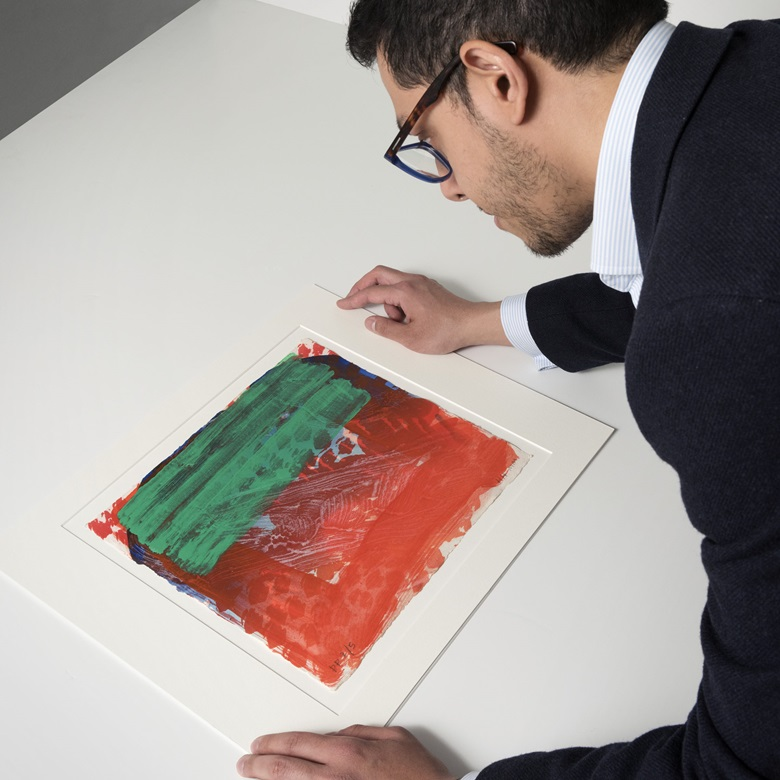 Specialist James Baskerville admires Howard Hodgkin's Strictly Personal, 2000-2002. Image & Sheet 300 x 340 mm. Estimate £4,000-6,000. Offered in Feelings in Colour The Graphic Art of Howard Hodgkin, 4-12 April 2019, Online. Artworks © Howard Hodgkin