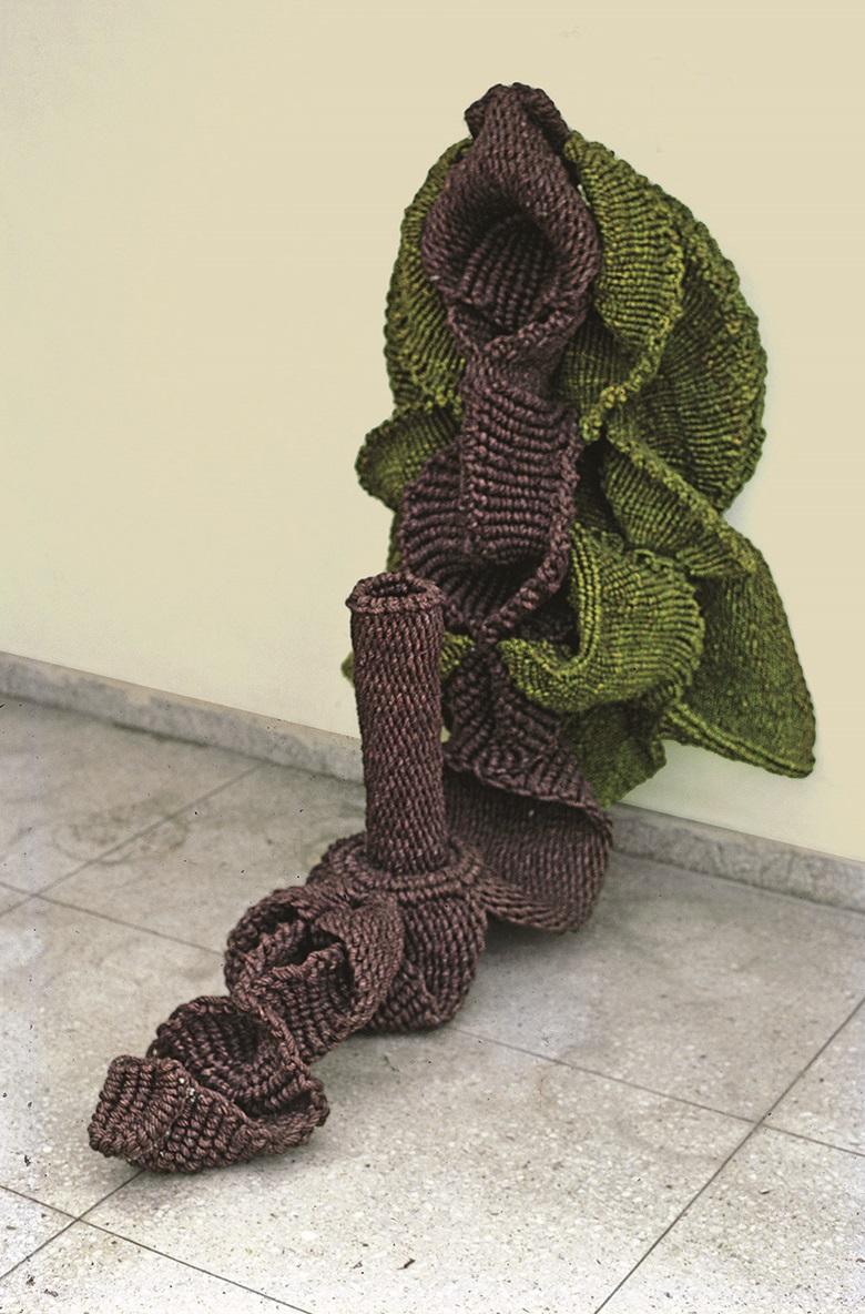 姆里纳里尼·穆赫吉(印度,1949-2015),《蛇神 I》,1979年作,天然及染色麻。50 x 25吋(127 x 63.5公分)。克利夫兰艺术博物馆馆藏,克利夫兰。图片鸣谢:MMF。© Mrinalini Mukherjee