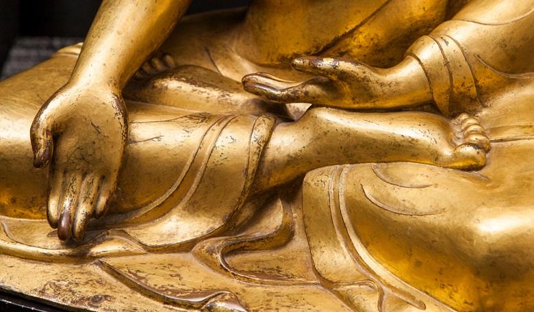 雕像的手印顯示這是一尊寶生佛像