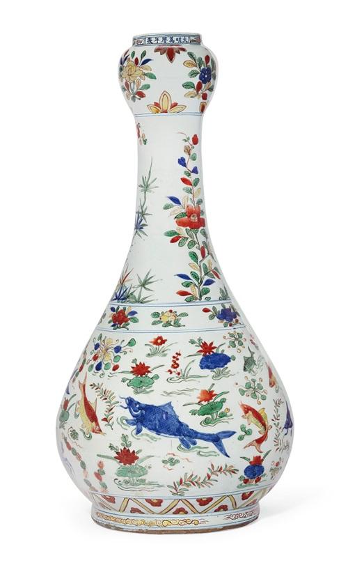 明万历五彩鱼藻纹大蒜头瓶单行六字楷书横款。高22¼吋(56.5公分)。估价:200,000-300,000美元。2019年9月12日于佳士得纽约芝加哥艺术博物馆珍藏中国艺术拍卖呈献