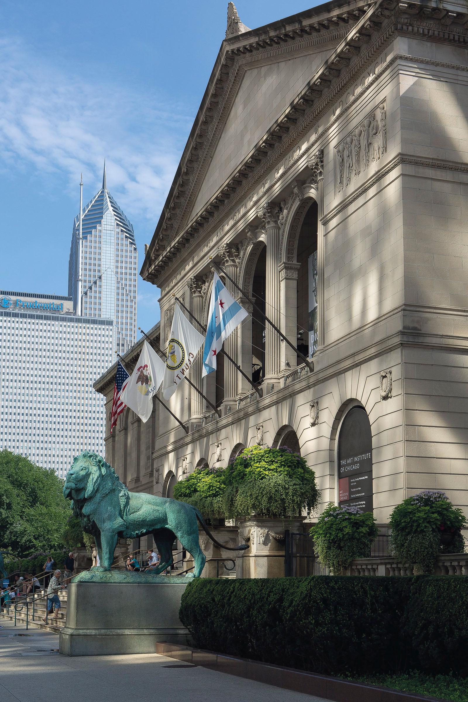 芝加哥艺术博物馆,密歇根大街入口景观。相片由芝加哥艺术博物馆提供。爱德华‧凯米斯铸造的《狮子》绿锈青铜像由亨利‧菲尔德太太于1898年送赠。1a-b。芝加哥艺术博物馆。两尊狮子雕像是芝加哥艺术博物馆的注册商标。