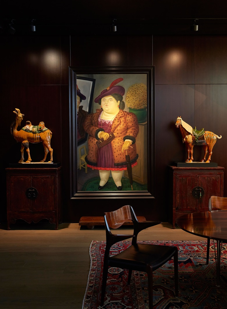 Fernando Botero, Mujer con abrigo de piel, 1990, flanked by a Tang-dynasty camel and horse. Artwork © Fernando Botero, reproduced by permission
