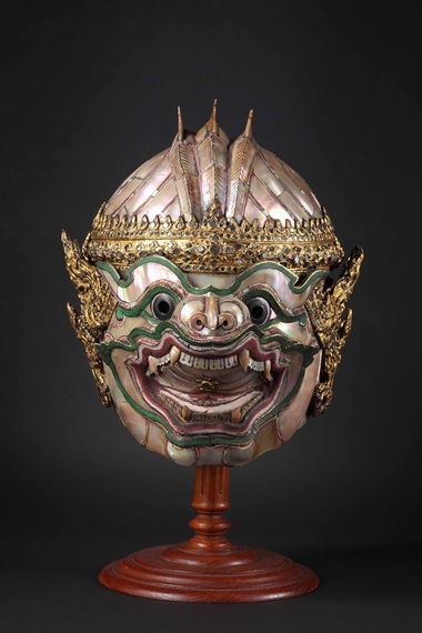 Hanuman actor's mask. Metal, pearl, Smuk and decorated with glass. Height 26.7 cm. Photo The National Museum of Bangkok