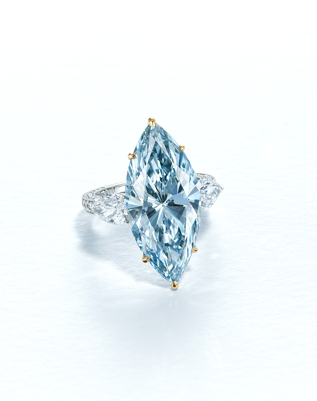 12.11克拉浓彩蓝色IF钻石戒指。此拍品于7月9日在佳士得香港瑰丽珠宝及翡翠首饰拍卖中售出,成交价122,385,000港元