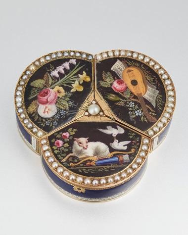据考为Piguet & Capt制造,极珍罕精致18K黄金和珐琅镶珍珠三叶形音乐盒,配活动人偶和时钟,附原装盒,日内瓦,约1810年制。39 x 40毫米。估价︰65,000-90,000瑞士法郎。此拍品于2021年5月10日在佳士得日内瓦珍罕名表拍卖中呈献