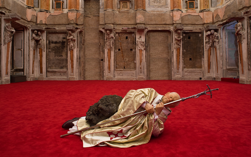 Maurizio Cattelan (b. 1960), La Nona Ora (The Ninth Hour), 1999. Polyester resin, painted wax, human hair, fabric, clothing, accessories, stone and carpet dimensions variable. Pinault Collection ©